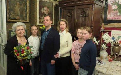 Дмитрий Медведев регулярно